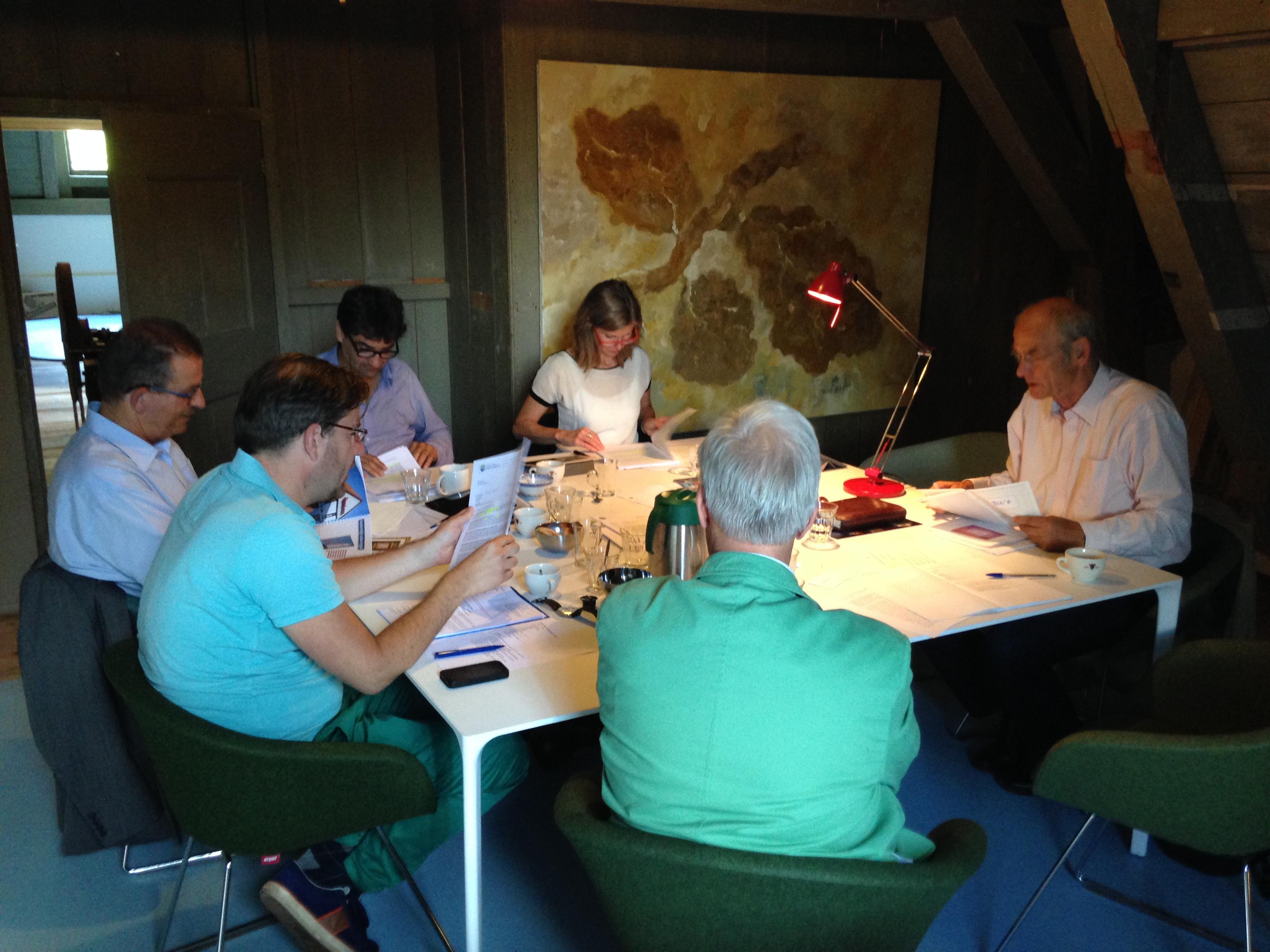 Jury aan het werk met inzendingen BNG Bank Erfgoedprijs 2014